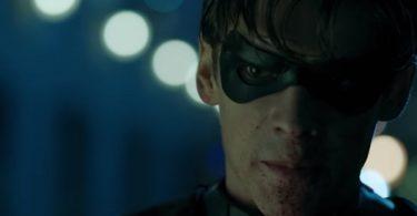 Johns comenta sobre Robin no trailer.