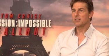 Tom Cruise dá uma breve entrevista.